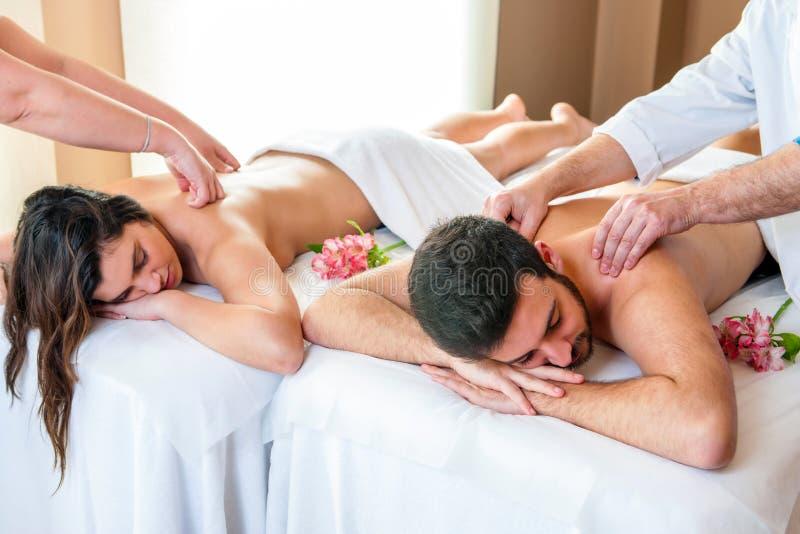 享受在温泉的夫妇身体按摩 免版税库存照片