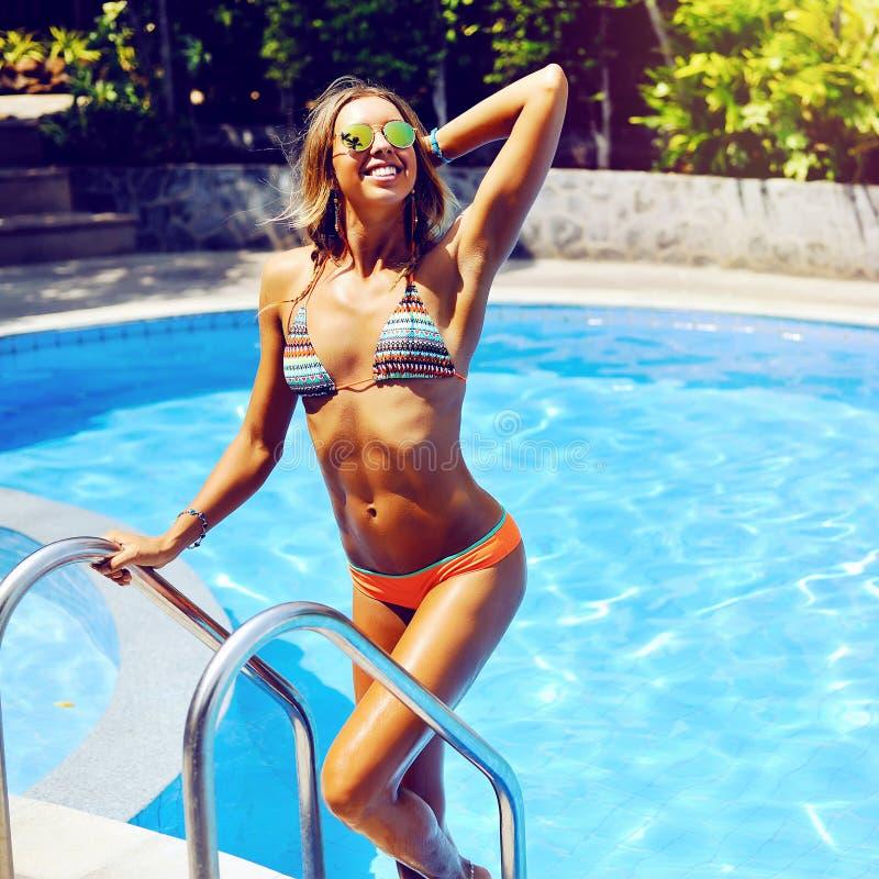 享受在游泳池的美丽的少妇自由 免版税库存照片