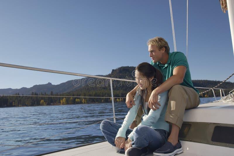 享受在游艇的夫妇暑假 免版税库存图片