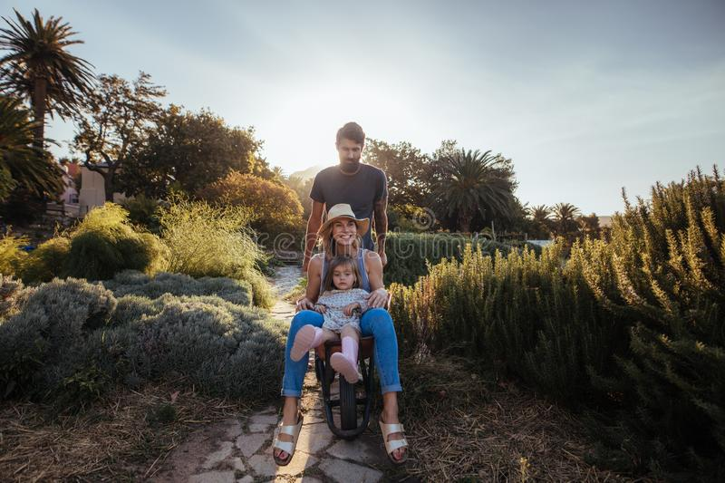 享受在独轮车的家庭乘驾 库存照片