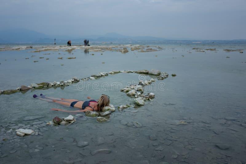享受在硫磺的女孩浴 免版税库存图片