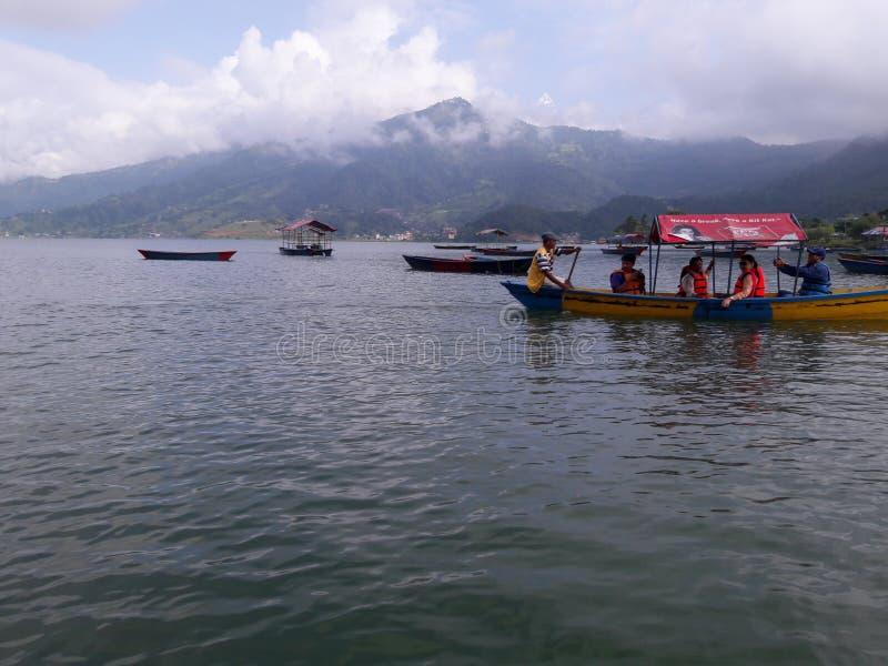 享受在美丽的湖的人们湖划船位于博克拉,尼泊尔 图库摄影