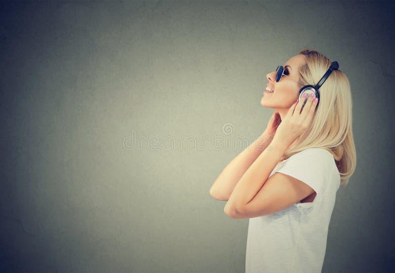 享受在耳机的行家妇女音乐 库存图片