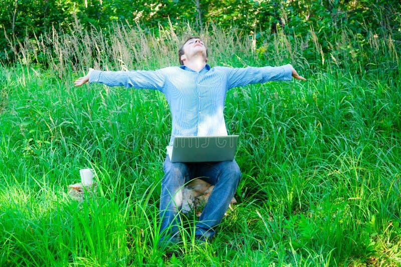 享受无线技术的年轻人 免版税库存照片