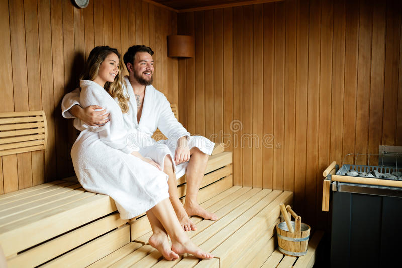 享受在蒸汽浴的愉快的夫妇平静的片刻 免版税库存照片