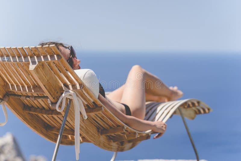 享受在水池的女孩夏天 免版税库存图片