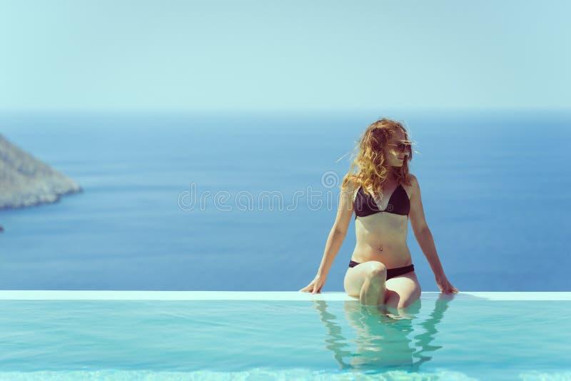 享受在水池的女孩夏天 图库摄影