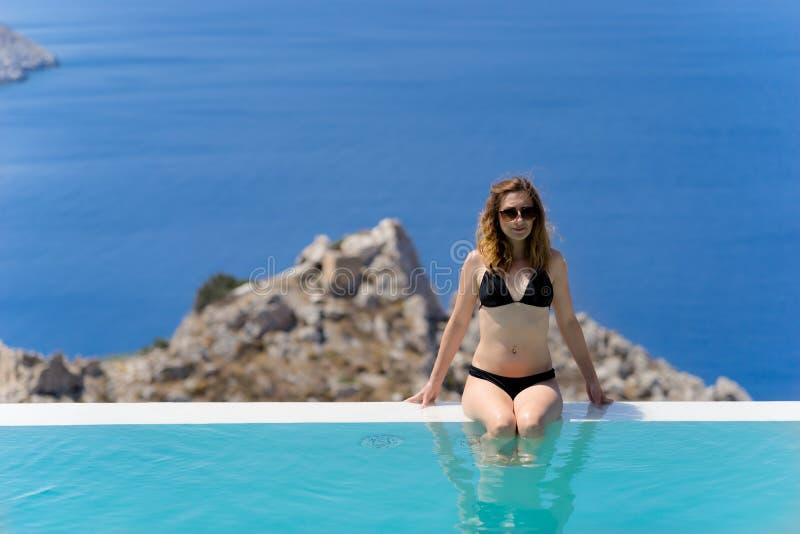 享受在水池的女孩夏天 免版税库存照片