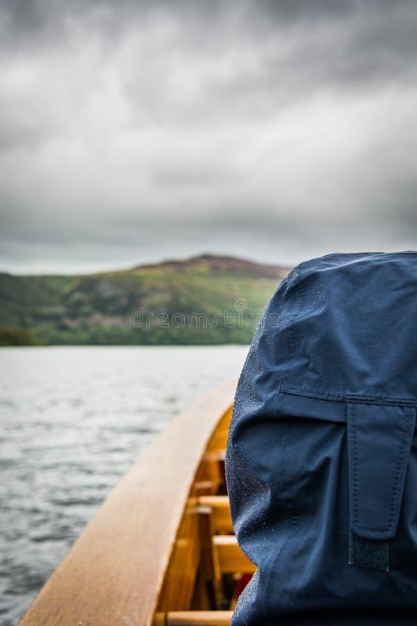 享受在Derwentwater湖小船的看法在湖区,英国 免版税库存照片