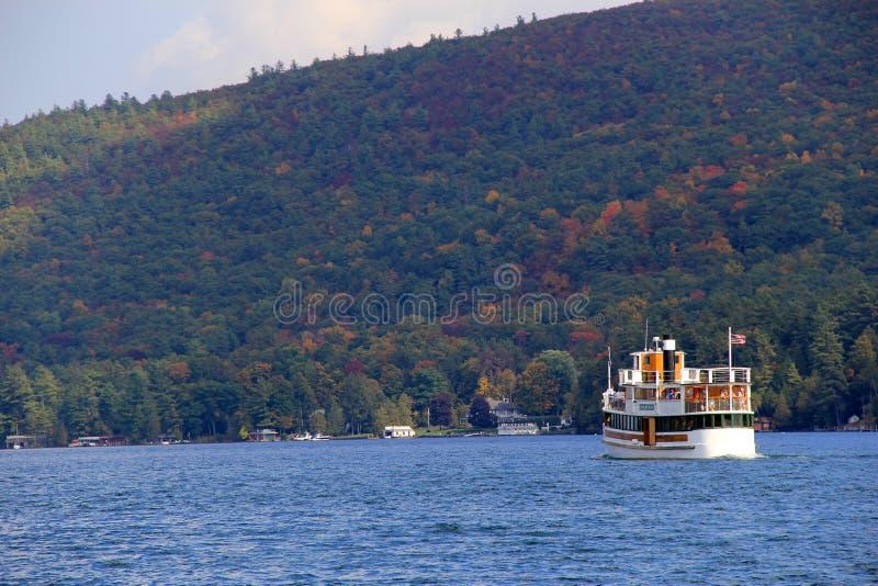 享受在Horicon的Vactationers观光的巡航,秋天,湖乔治,纽约, 2013年 免版税图库摄影