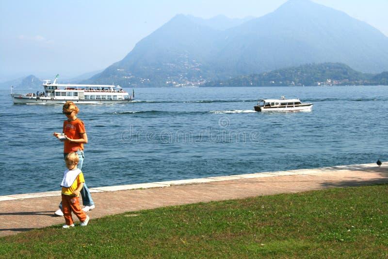 享受在Maggiore湖,意大利的家庭一个晴天 免版税库存照片