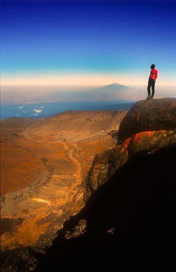 享受在Mt Kilimanjaro的登山人视图 库存图片