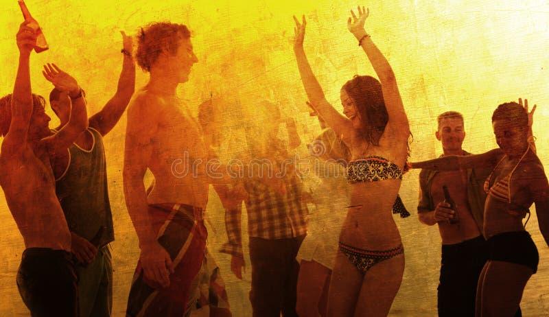 享受夏天海滩党的青年人 免版税库存图片