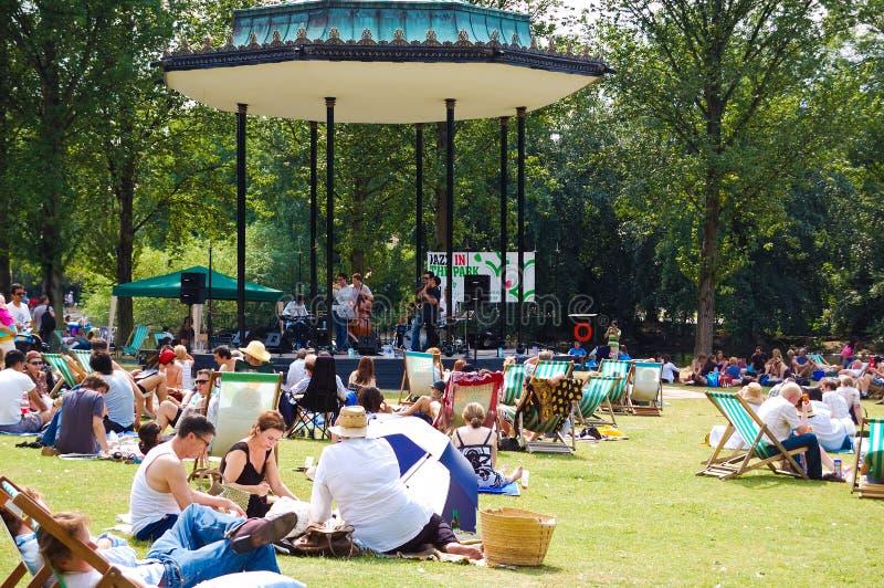 享受夏天的人们在摄政的公园 库存图片