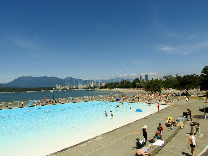 享受夏天的人们,晒日光浴,游泳在基斯兰奴室外水池-温哥华,不列颠哥伦比亚省,加拿大 库存照片