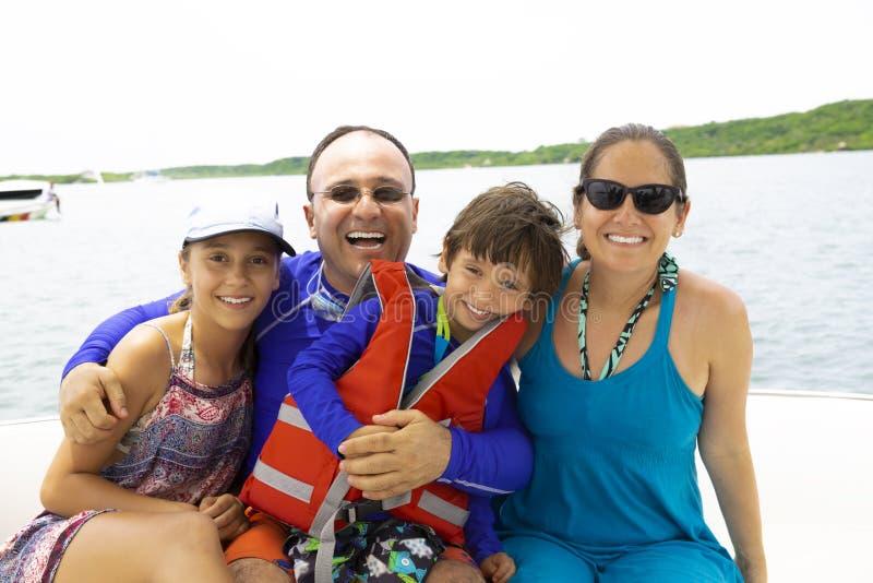 享受夏天的可爱的家庭 免版税库存照片