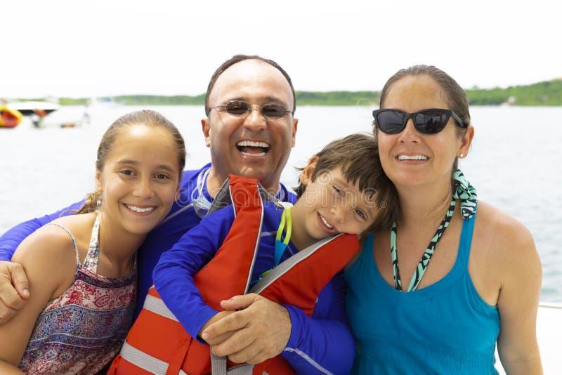 享受夏天的可爱的家庭 图库摄影
