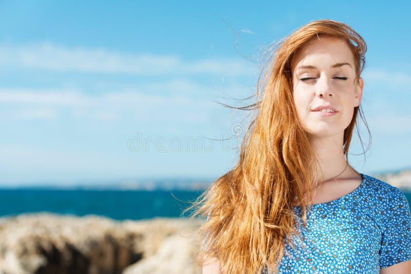 享受夏天的和平妇女 免版税库存照片