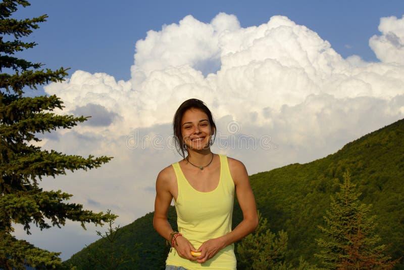 享受夏天的愉快的妇女户外 免版税图库摄影