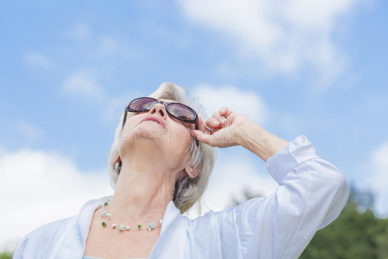 享受夏天的最佳的老化妇女 免版税图库摄影