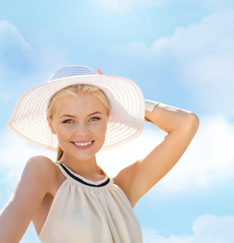 享受夏天的美丽的妇女户外 免版税库存照片
