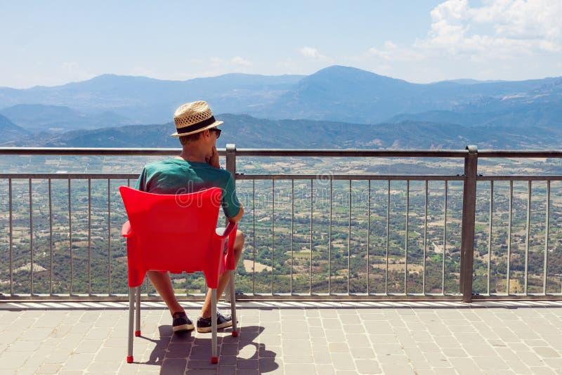 享受多山风景的少年 免版税库存照片
