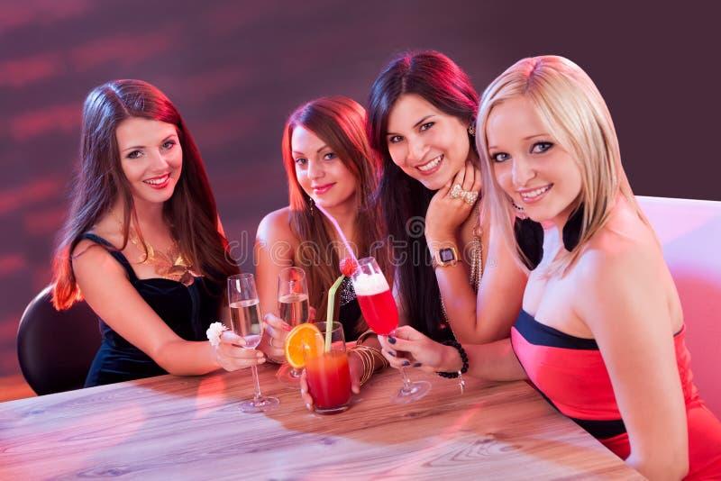 享受夜的女性朋友  免版税图库摄影