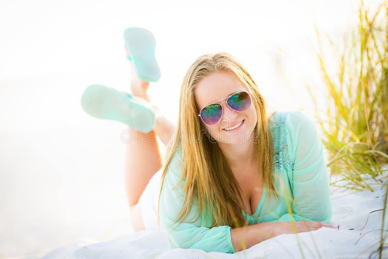 放置在海滩的青少年的女孩 免版税库存图片
