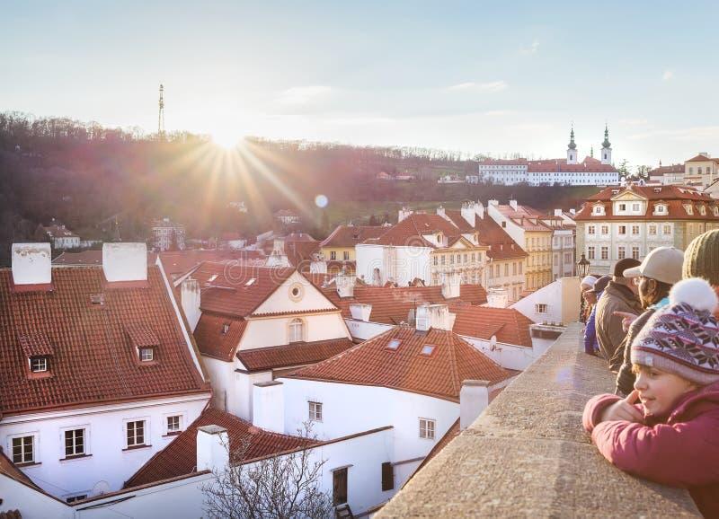 享受太阳和巨大看法在布拉格开头的人们从城堡在圣诞节期间 库存图片