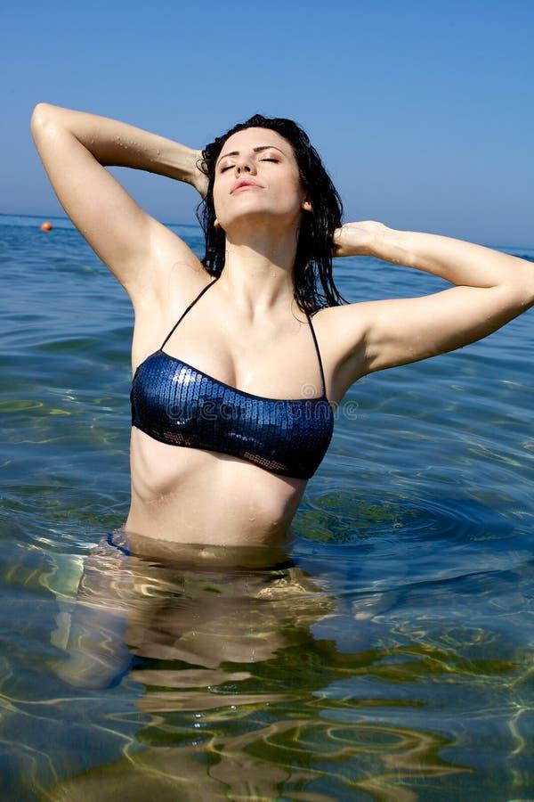 享受太阳和水幸福在假期 免版税图库摄影