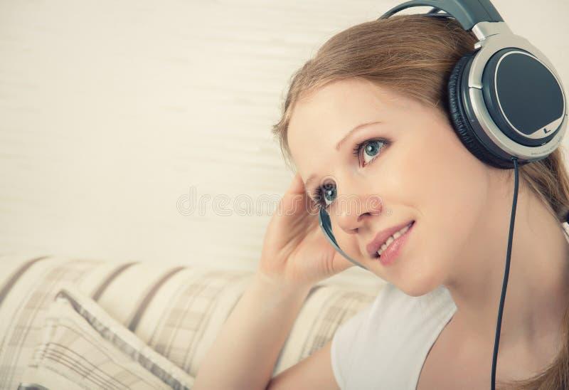 享受女孩耳机听的音乐 库存照片