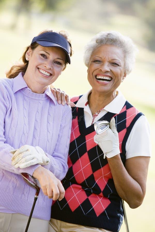 享受女性朋友比赛高尔夫球 免版税库存照片