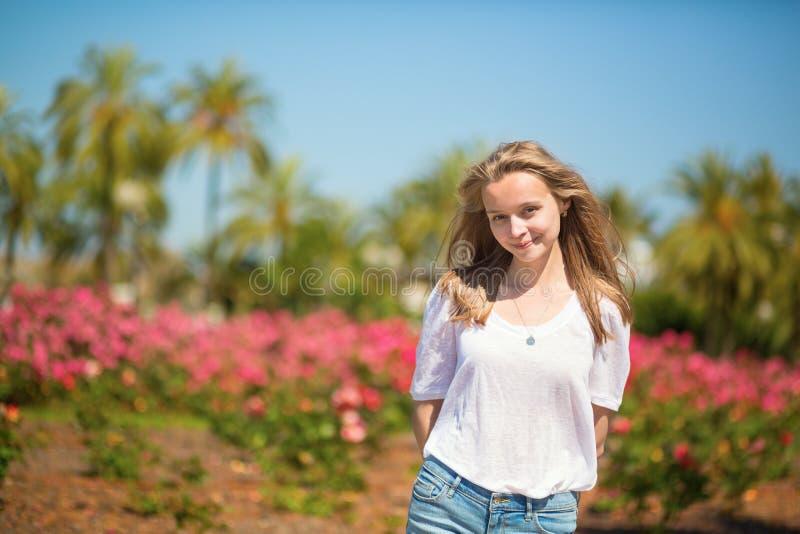 享受她的假期的愉快的女孩在戛纳 免版税库存图片
