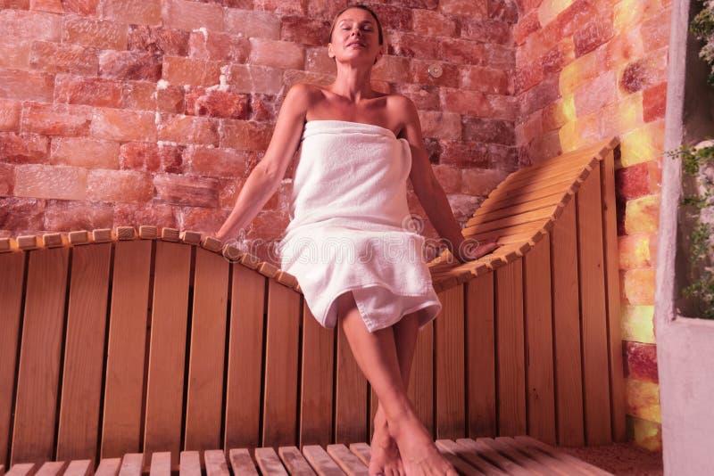 享受她的在蒸汽浴的高兴愉快的妇女时间 免版税库存照片