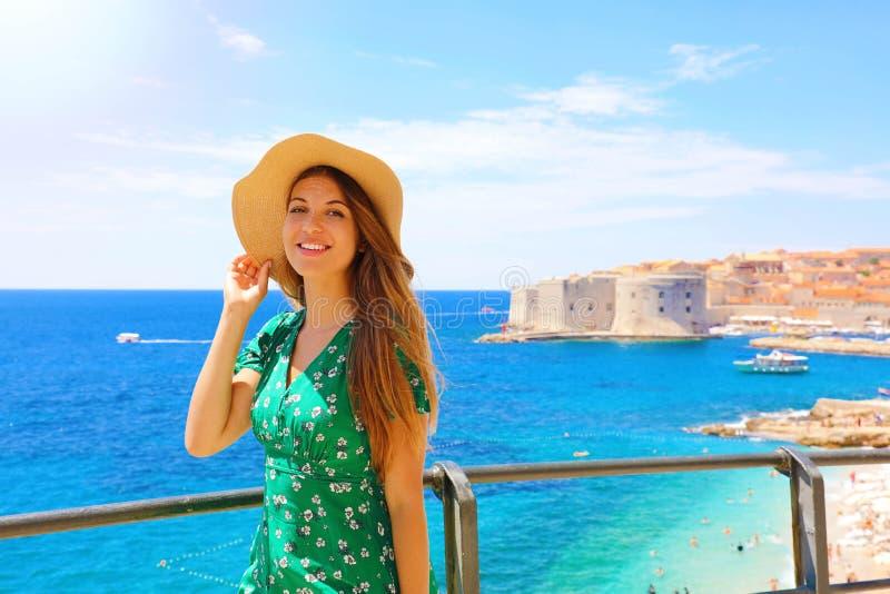享受她的巡航的愉快的美女在地中海 享受她的夏天休假的微笑的旅客女孩在杜布罗夫尼克, 库存照片