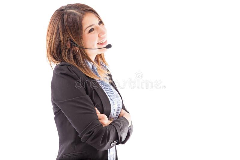 享受她的工作的俏丽的电话推销员 免版税库存照片