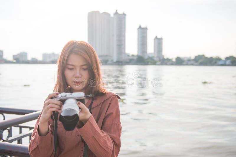 享受她的旅行的可爱的年轻亚裔女孩 汽车城市概念都伯林映射小的旅行 免版税库存图片