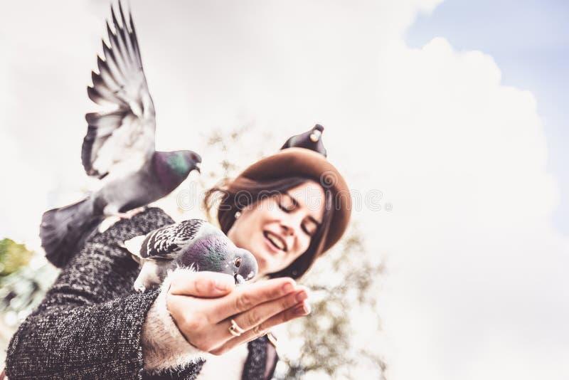 享受她的旅行的年轻女性游人到巴黎 图库摄影