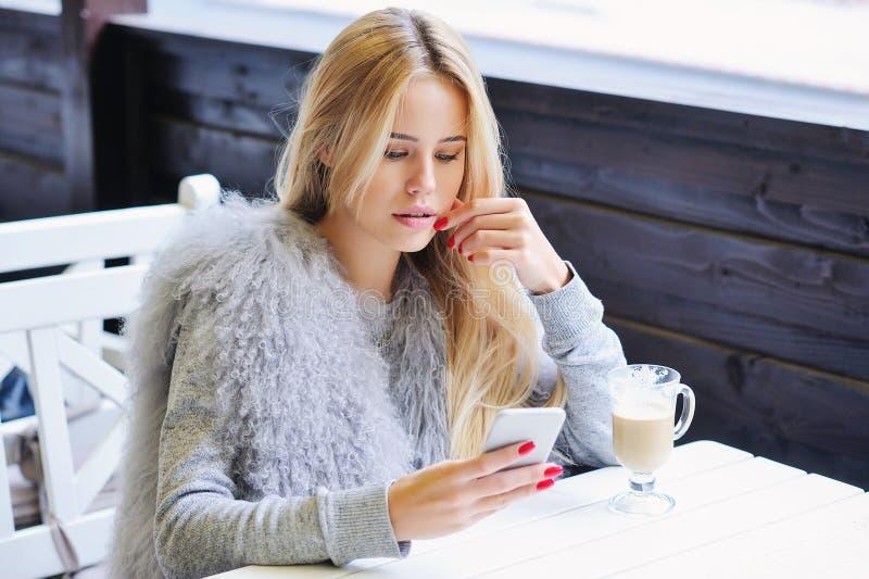 享受她的时间的少妇在咖啡休息期间 免版税库存图片