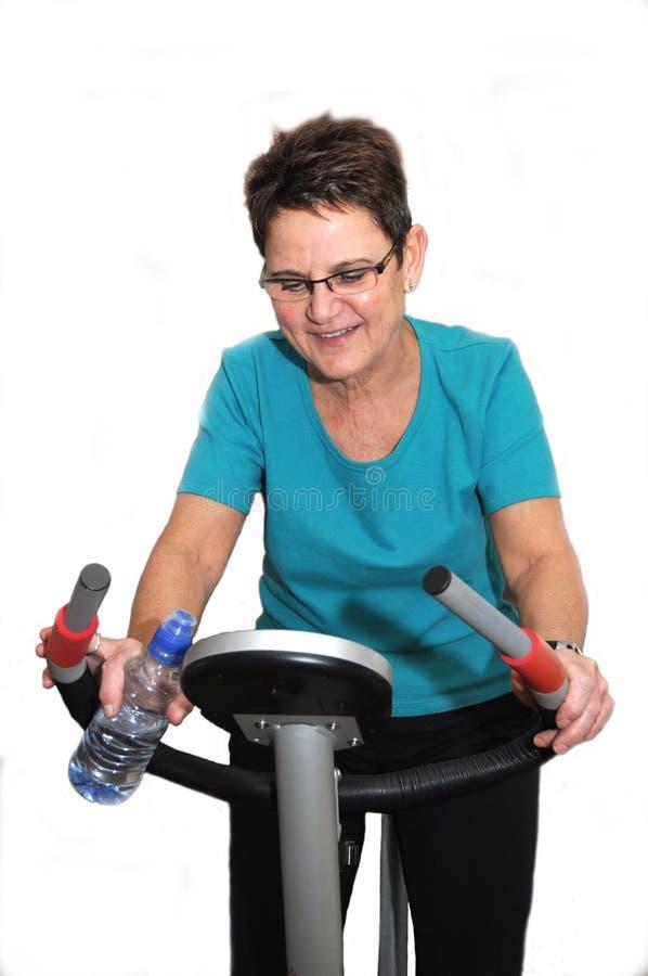 享受她的高级妇女锻炼 免版税库存图片