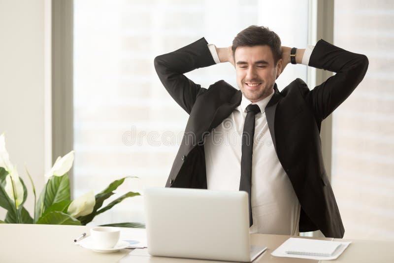 享受好工作的结果轻松的雇员完成 免版税库存图片