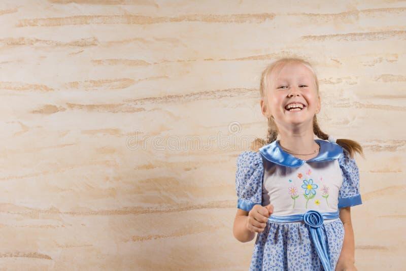 享受好笑的美丽的快活的小女孩 免版税库存图片