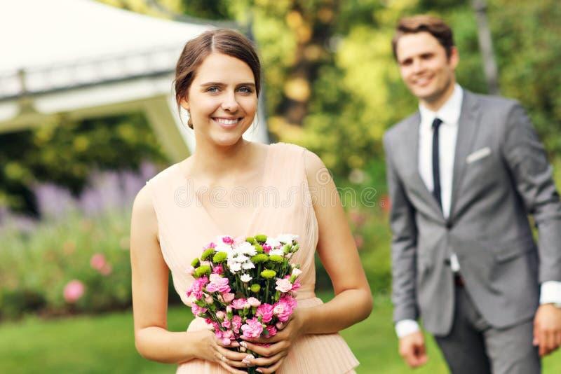享受婚姻的美好的婚礼夫妇 免版税库存照片