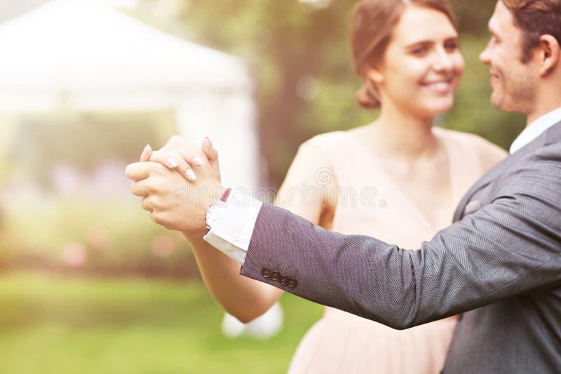 享受婚姻的美好的婚礼夫妇 免版税图库摄影