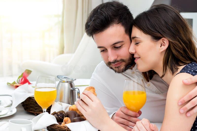 享受客房服务的年轻夫妇在随员 免版税库存图片