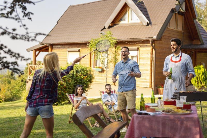 享受室外活动的朋友 免版税库存图片