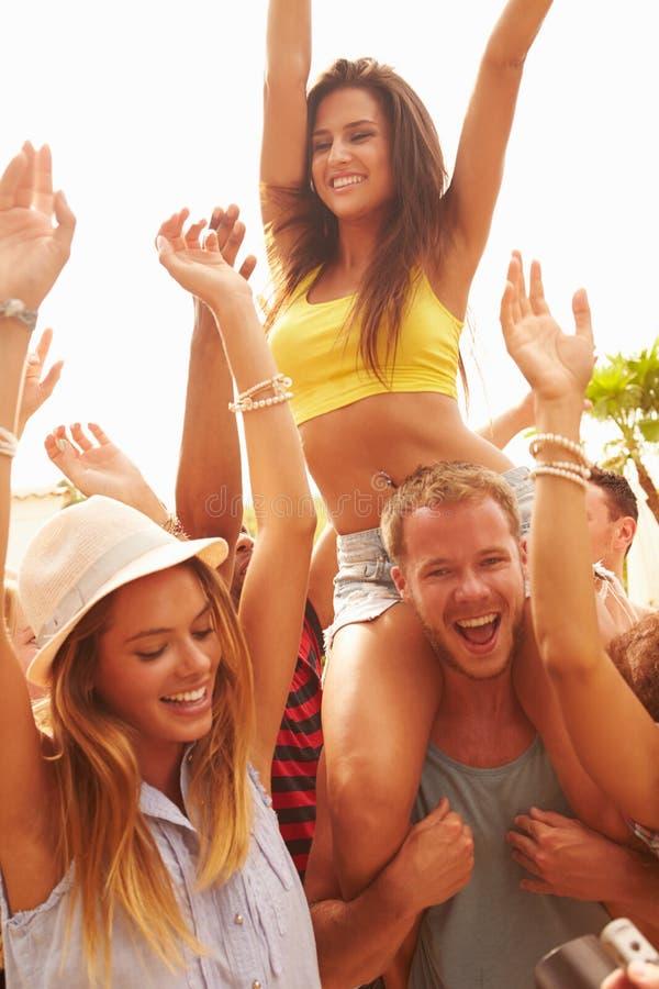 享受室外音乐节的小组青年人 免版税图库摄影