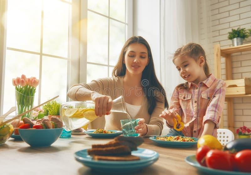 享受家庭晚餐 库存图片