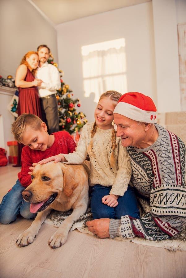 享受寒假的友好的家庭 免版税库存照片