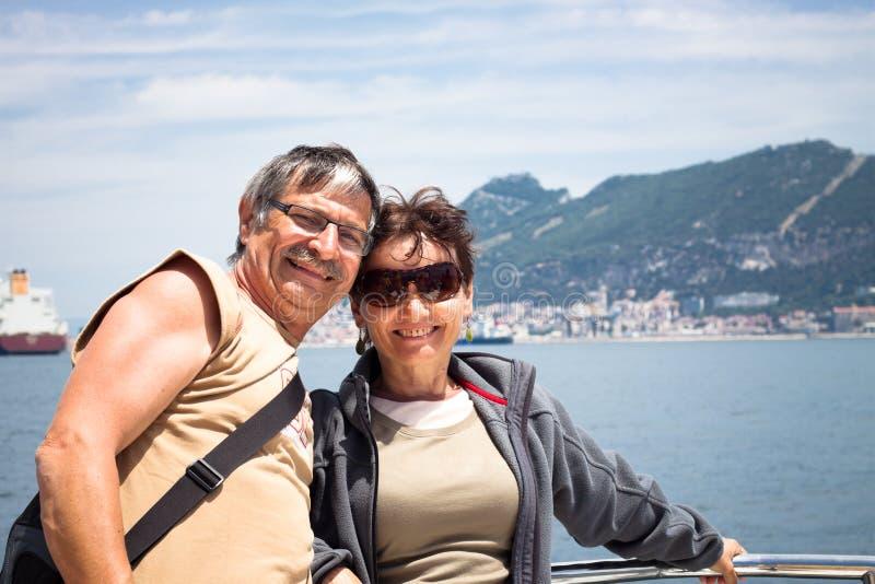 享受小船旅行的愉快的夫妇 免版税库存图片